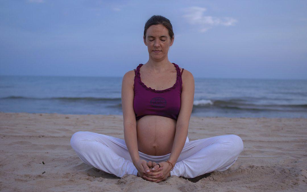 Practicar yoga durante el embarazo
